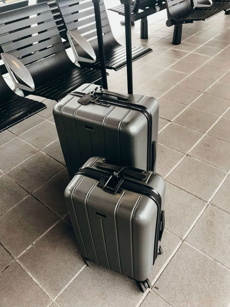 Best Hard Shell Luggage |  Chester Carry-On and Regula Checked Spinner Suitcases in Seattle airport #freetotravelmama #chesterluggage