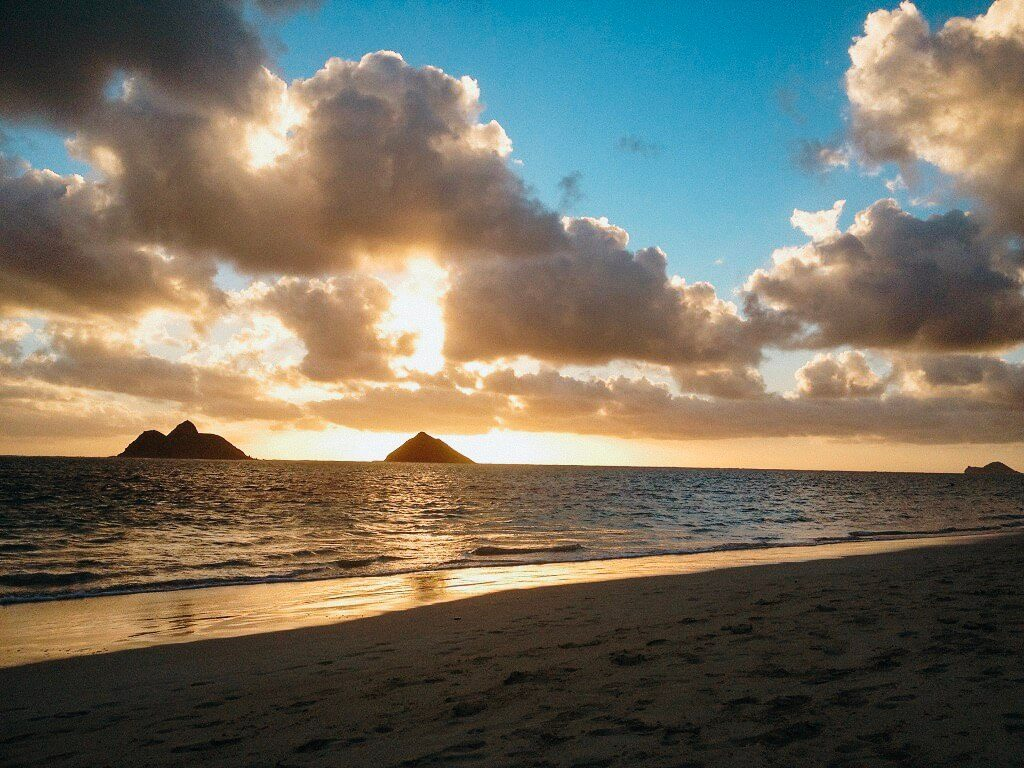 Mokes on Oahu, sunrise view  #freetotravelmama | Oahu Hawaii Photography | Oahu Instagram Pictures |  Oahu Instagram Spots | Instagram Worthy Pictures in Oahu | Hawaii Instagram Pictures Oahu | Best Places for photos Oahu | Best Photo Spots Oahu