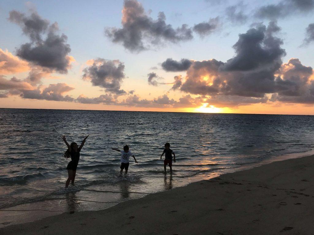 Silhouette Photos at Sunrise on Lanikai Beach, Oahu, Hawaii  #freetotravelmama | Oahu Hawaii Photography | Oahu Instagram Pictures |  Oahu Instagram Spots | Instagram Worthy Pictures in Oahu | Hawaii Instagram Pictures Oahu | Best Places for photos Oahu | Best Photo Spots Oahu